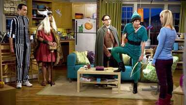 O Paradigma Da Terra Média - Os nerds ficam em êxtase com o convite de Penny para a festa de Halloween. Leonard tem um novo encontro com o ex-namorado dela.