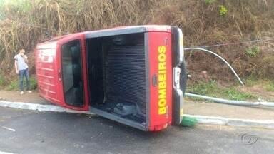 Carro do Corpo de Bombeiros capota na Avenida Pierre Chalita, em Maceió - Caso ocorreu na manhã desta quinta-feira (17).
