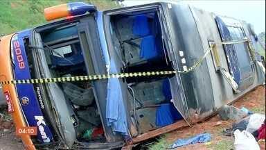 Sacoleiros ficam feridos em acidente de ônibus na rodovia Castelo Branco em SP - O ônibus que tombou no acostamento saiu de são paulo e seguia até o estado do paraná, mas o pneu furou e o motorista perdeu o controle da direção do veículo. Cinquenta sacoleiros estavam dentro do ônibus.