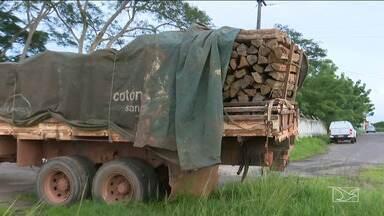 Carregamento de madeira ilegal é entregue ao Ibama no Maranhão - Carregamento de madeira foi apreendido pela Polícia Rodoviária Federal (PRF) na BR-316 em Santa Inês.