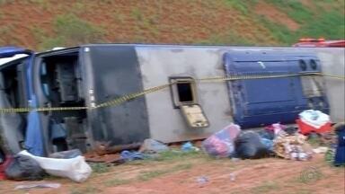 Ônibus de turismo com 36 passageiros tomba na Castello Branco - Acidente aconteceu no fim da tarde desta quinta-feira (17), em Santa Cruz do Rio Pardo (SP). Equipes de socorro resgataram pelo menos 20 vítimas, que foram levadas para hospitais da região.