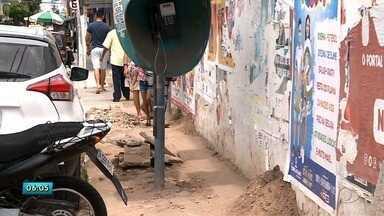 Obra deixa calçadas esburacadas no centro de Arapiraca - Moradores e comerciantes da região têm reclamado dos problemas causados.