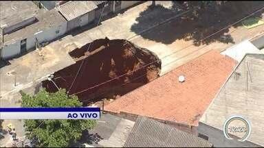 Subiu para seis o número de casas interditadas por causa da cratera em São José - Cratera no Jardim Imperial reabriu após chuva nesta semana.