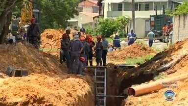 Funcionário do Saae fica soterrado após desabamento de terra em Sorocaba - Um funcionário do Serviço Autônomo de Água e Esgoto (Saae) ficou soterrado após um desabamento de terra no Jardim São Guilherme, em Sorocaba (SP), durante uma obra na manhã desta sexta-feira (18).