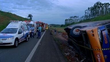 Ônibus de turismo com 36 passageiros tomba na Castello Branco - Equipes resgataram pelo menos 20 vítimas, que foram levadas para hospitais da região.