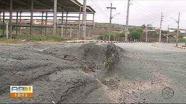 Motoristas reclamam de problemas no asfalto próximo do Distrito Industrial, em Caruaru - Situação da estrada tem provocado transtornos.