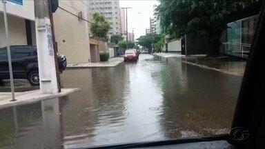 Forte chuva alaga ruas em Maceió - Caso ocorreu na manhã desta sexta-feira (18).