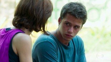 Raíssa percebe a tristeza de Santiago e se aproxima do atleta - A fisioterapeuta se oferece para conversar com o rapaz antes do treino.