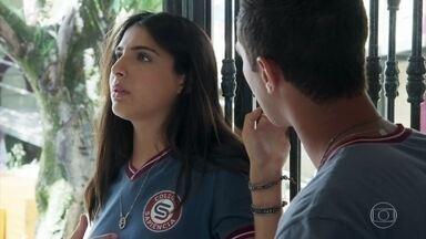 Pérola passa mal depois de exagerar no pedaço de bolo - Márcio tenta ajudar a jovem e percebe que ela vomitou no banheiro