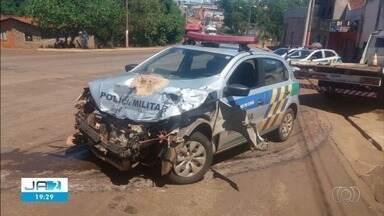 Vídeo mostra acidente com carro da PM e carreta, em Jataí - Batida ocorreu durante perseguição e apesar do susto ninguém se machucou.