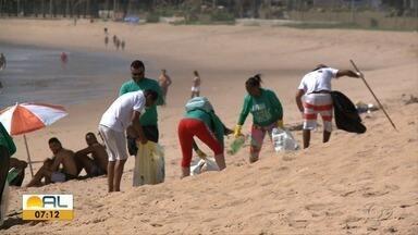 Grupo de voluntários recolhe lixo na praia de Cruz das Almas - Coletivo Praia Limpa tirou o domingo (20) para cuidar do meio ambiente.