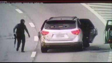 Bandidos atacam carros-fortes na Rodovia dos Tamoios, em SP - Estrada ficou fechada por mais de cinco horas. Ninguém foi preso.