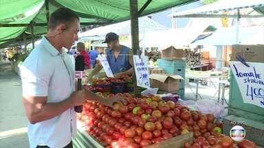 'Mais Você' mostra os preços dos alimentos nas feiras do Rio e de São Paulo - Feirantes adotam estratégias para manter os alimentos frescos durante o verão. Verduras são as mais afetadas e consumidores já sentem a influência no bolso
