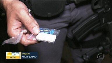 Polícia encontra barraco usado para armazenar drogas na Zona Sul de SP - Local tinha saída para a mata e suspeito conseguiu fugir.