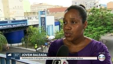 Adolescente é atingida por bala perdida quando pegava ônibus em Água Santa - Uma adolescente foi baleada em Água Santa, na Zona Norte do Rio, quando estava pegando um ônibus. Ela foi internada no Hospital Salgado Filho.