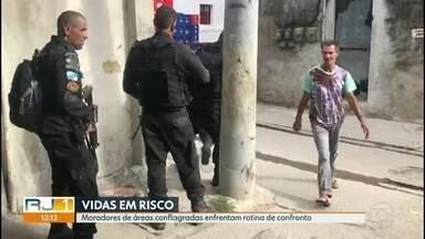 Moradores de favelas do Rio enfrentam rotina de confrontos e medo - Criminosos circulam pelas ruas carregam armamento pesado tranquilamente. E os moradores não relaxam nem quando a polícia chega.