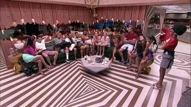 Brothers se reúnem na sala à espera da Festa Aqualoucos - Brothes estão reunidos na sala