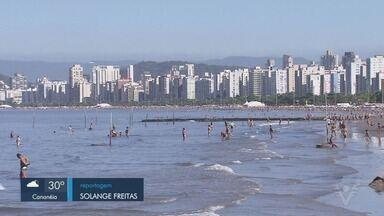 Moradores e turistas aproveitam feriado em Santos - O destino da maioria foi a praia da cidade.