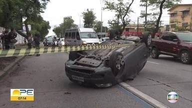 Carro capota, motorista fica ferido e acidente deixa trânsito lento no Recife - Acidente aconteceu na Avenida Recife, no bairro do Ipsep, nesta segunda (28).