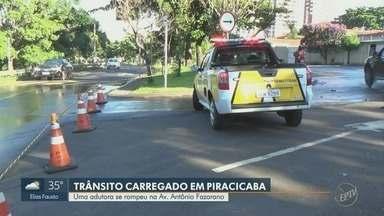 Rompimento de adutora complica trânsito em Piracicaba - Incidente ocorreu na Av. Antônio Fazarano, no Bairro Higienópolis. Parte da via precisou ser interditada, o que gerou imprevistos para motoristas que trafegam no local.