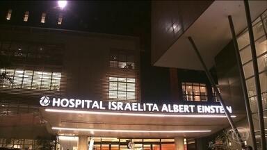 Presidente Jair Bolsonaro é transferido para quarto, mas visitas continuam restritas - Segundo os médicos, ele vem se recuperando bem. Bolsonaro caminhou pela primeira vez depois da cirurgia.