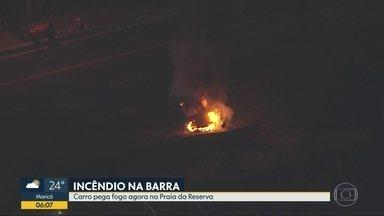 Carro pega fogo na praia da Reserva - Avenida Lúcio costa chegou a ficar fechada nos dois sentidos no início da manhã desta quinta-feira (31).