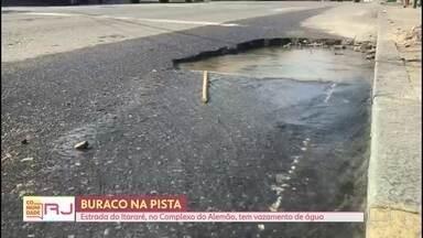 Buraco e vazamento na Estrada do Itararé, no Alemão - A via é a principal do Complexo do Alemão, na Zona Norte do Rio. Integrantes do Voz da Comunidade mandaram um vídeo mostrando a situação.