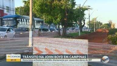 Motoristas enfrentam lentidão na John Boyd Dunlop por causa das obras do BRT - Trecho recebe as obras de implantação do BRT.