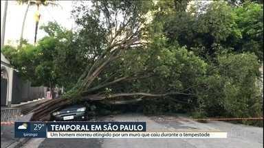 Homem morre atingido por muro que caiu na tempestade desta quarta-feira (30) em São Paulo - Leonardo Soares Ramos foi se proteger dentro de um carro e acabou morrendo. Em boa parte de São Paulo, a chuvarada foi forte. Os bombeiros registraram 249 chamados de queda de árvore na Grande SP.