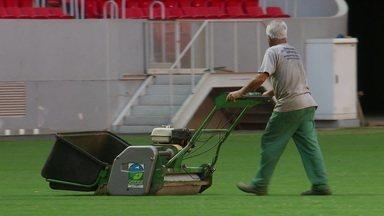 Técnicos estão finalizando o gramado do Estádio Mané Garrincha para o clássico carioca - Técnicos estão finalizando o gramado do Estádio Mané Garrincha para o clássico carioca