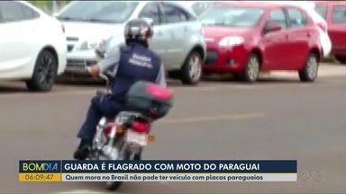 Guarda municipal é flagrado com moto do Paraguai - Quem mora no Brasil não pode ter veículo com placas paraguaias.