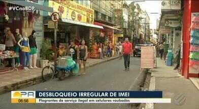 Flagrante mostra pessoas oferecendo serviços de desbloqueio de celulares irregulares - Pessoas oferecem o serviço, sem nenhuma preocupação.