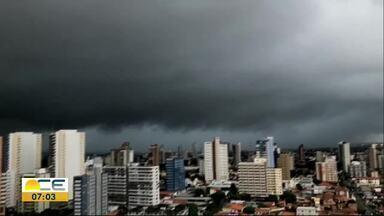 Moradores de Fortaleza registram chuva intensa nesta manhã (1) - O Whatsapp da TV Verdes Mares recebeu vários vídeos de diferentes bairros da cidade.