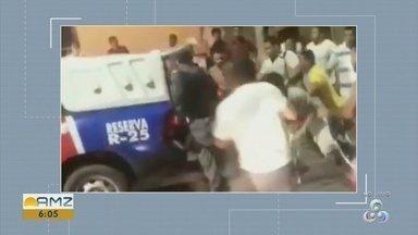 Em Manaus, homem é preso e adolescente apreendido durante assalto em transporte coletivo - Suspeitos foram contidos pela população.
