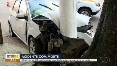 Motorista morre depois de bater em poste de avenida em Itapoã - Uma pista da avenida Francelina Carneiro Setúbal está interditada. O motorista recebeu os primeiros socorros, mas morreu no local. A mulher que estava no veículo quebrou o braço.