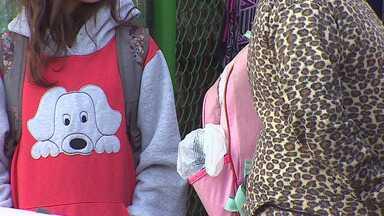 Alunos de escolas de Campos do Jordão voltaram às aulas sem uniformes - Eles estão tendo que usar uniforme dos anos anteriores.