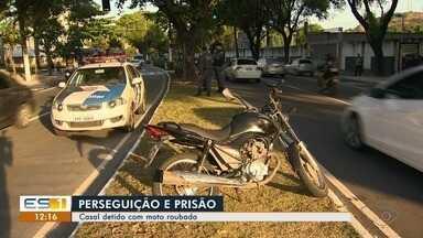 Moto roubada é recuperada após passar em cerco de segurança em Vitória - O casal que estava na moto foi levado para o Departamento de Polícia Judiciária (DPJ) de Vitória. A moto foi identificada na noite dessa quinta-feira (1).