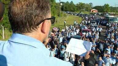 GM indica recuo nas mudanças e envia documento aos funcionários após protesto em Gravataí - Segundo informações dos funcionários, montadora se comprometeu a cumprir o acordo coletivo até março de 2020.