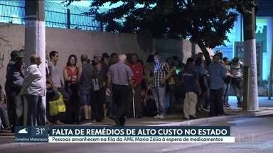 Pessoas amanhecem na fila da AME Maria Zélia à espera de medicamentos - Pessoas amanhecem na fila da AME Maria Zélia à espera de medicamentos. Faltam remédios de alto custo no estado.