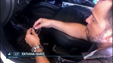 Polícia Civil flagra nove taxistas adulterando taxímetro no Galeão - Eles usavam um dispositivo ilegal dentro do carro.