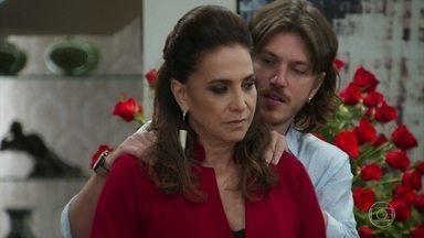 Mercedes repreende Quinzinho por não ter ido à reunião na PopTv - Quinzinho diz à mãe que ama Larissa e vai se casar com ela. Mercedes manda o filho demitir Nicole