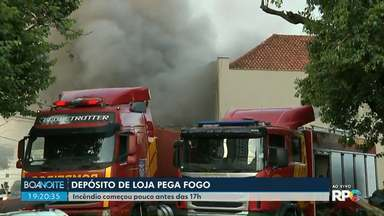 Incêndio atinge loja de plásticos e espumas no centro de Londrina - Fogo começou pouco antes das cinco da tarde desta sexta-feira (1) e até 20h ainda não havia sido controlado pelos Bombeiros.