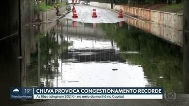 Capital bate recorde de congestionamento por causa da chuva - Carros ficaram parados por causa dos alagamentos. Multas de rodízio na parte da manhã foram canceladas