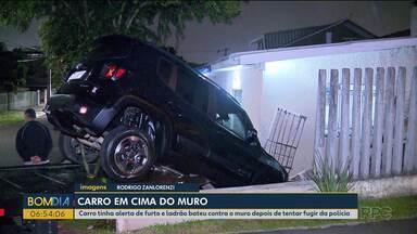 Homem foge da polícia e carro acaba em cima de muro - O homem foi preso e encaminhado para a delegacia de delitos de trânsito.