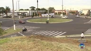 Emdurb de Marília anuncia alterações no trânsito de rotatória da cidade - A Emdurb de Marília (SP) anunciou que mudará o trânsito na rotatória da Avenida Castro Alves com as Avenidas Manoel Muller e Sanches Cibantos.