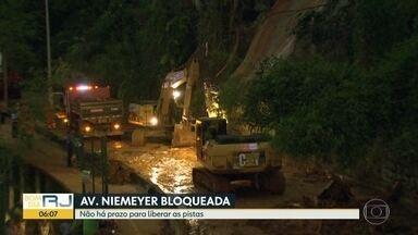 Avenida Niemeyer permanece fechada sem previsão de liberação - Funcionários da Comlurb estão no local realizando a limpeza.