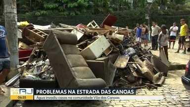 Água invadiu casas na comunidade Vila das Canoas, em São Conrado - Estrada das Canoas esta bloqueada por diversas árvores que tombaram. Pista cedeu, formando enorme cratera.