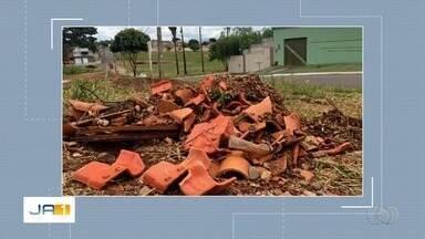 Pessoas jogam lixo em canteiro de reflorestamento em Goiânia - Comurg irá fazer a remoção do material.