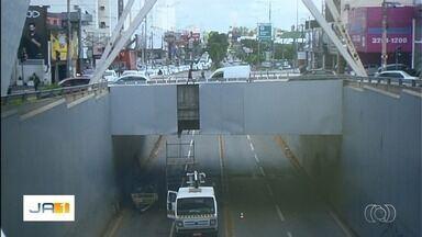Prefeitura faz reparos em viaduto de Goiânia - Caminhão com carga alta havia arrancado placas, que já estão sendo repostas.