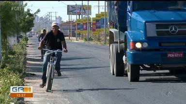 Estrada da Banana apresenta muitos problemas e fica difícil trafegar na avenida - Falta acostamento e sinalização.